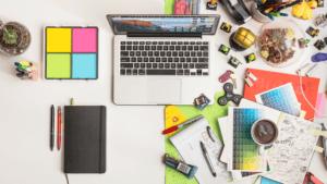 espaço de trabalho com macbook e notas