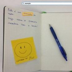 Caderno com uma nota e uma caneta ao lado