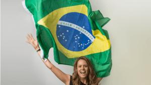Foto da Julia Figueiredo com uma bandeira do Brasil