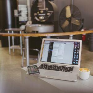 MacBook mit Kaffee und Smartphone